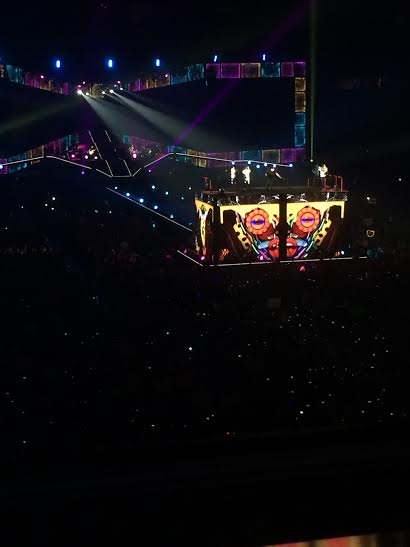 A platform raised the five One Direction members above the crowd. (Ragauss)