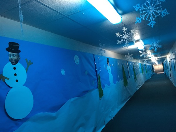 The two tunnels have also been decorated with winter scenery. Passerbys can greet snowmen with faces of football players.