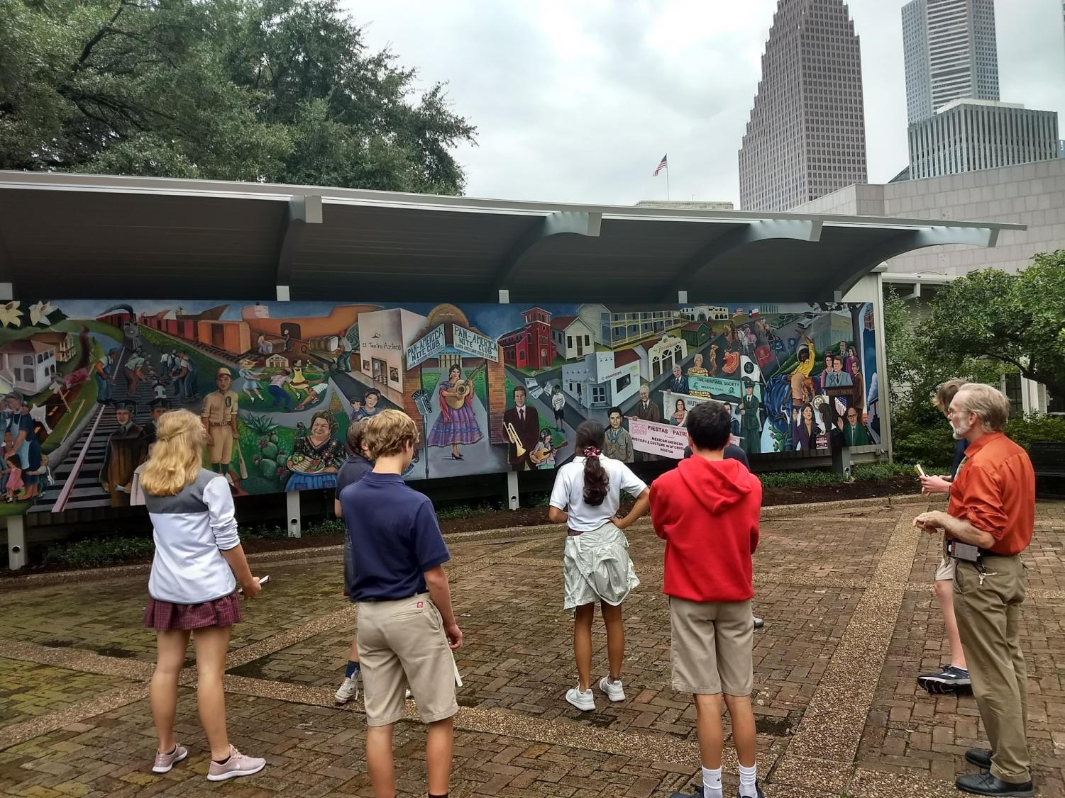 Havel+and+his+class+examine+a+mural+in+Sam+Houston+Park.