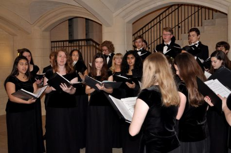 Kantorei carols under the archway between the Great Lawn and Plaza after last year